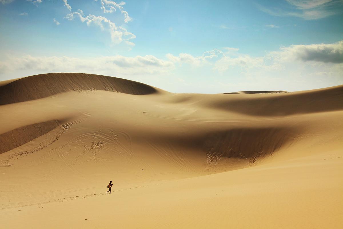 戶外,越南,步行,天空,云,沙漠,沙子,白晝,干旱地帶,沙丘,獨處,一個人圖片