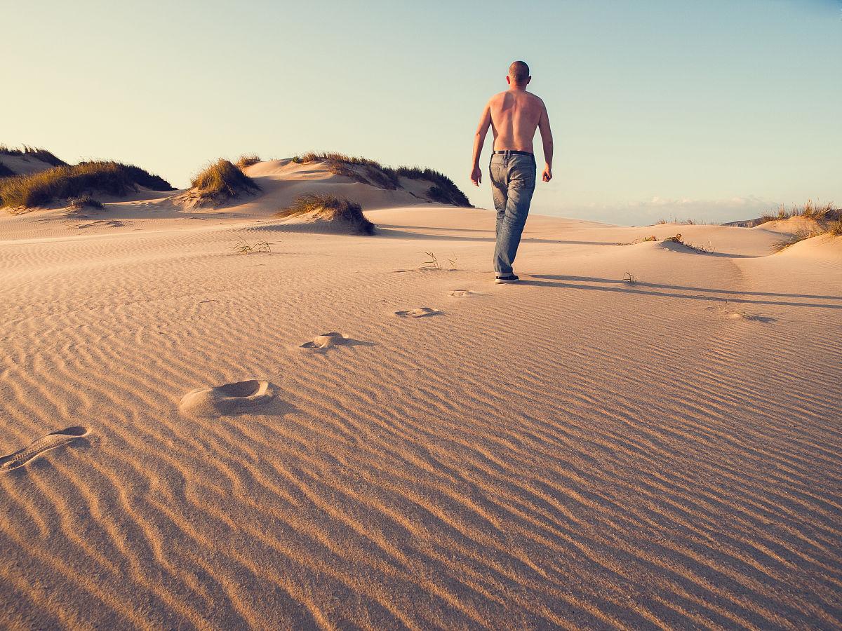 自然界的狀態,僅男人,一個人,僅一個男人,自然美,僅一個中年男人,沙漠圖片