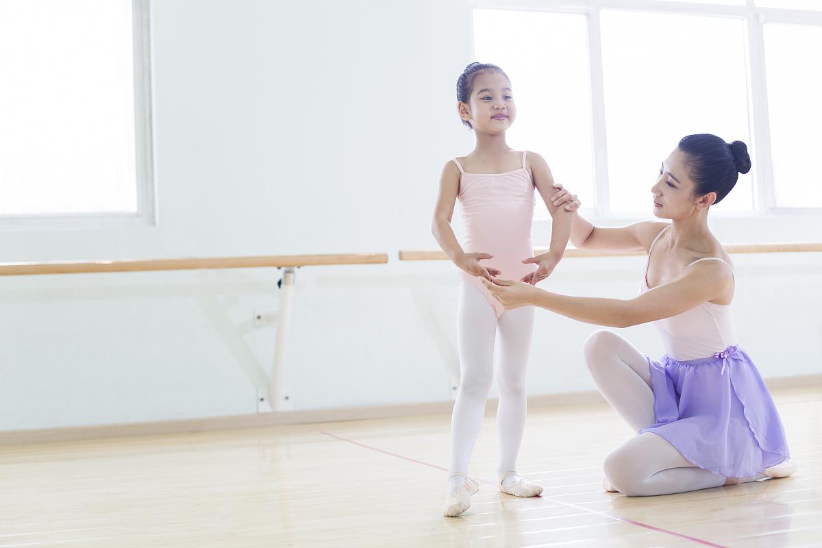 小女孩穿芭蕾紧身衣_小女孩穿紧身泳衣图片-穿泳衣的小女孩图片_少女文胸发育期五 ...