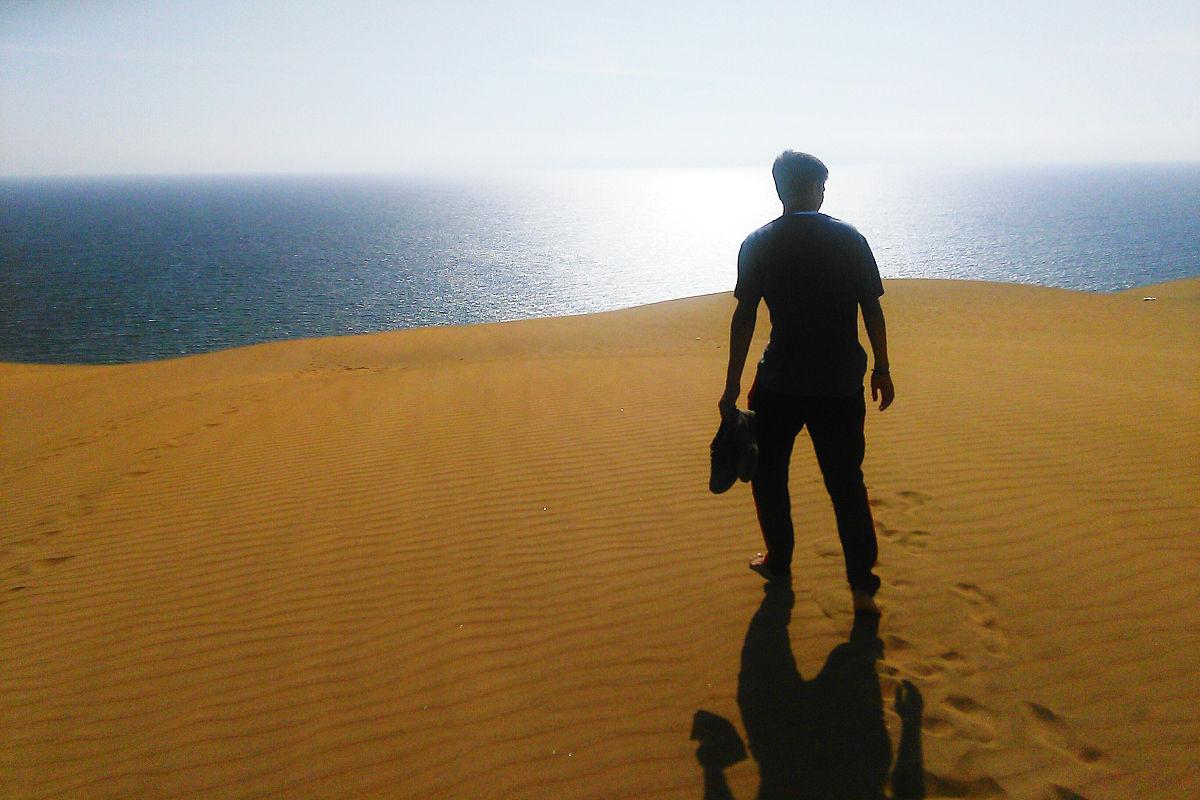 一個人,僅男人,背面視角,僅一個男人,自然美,飲用水,陰影,沙漠,全身像圖片