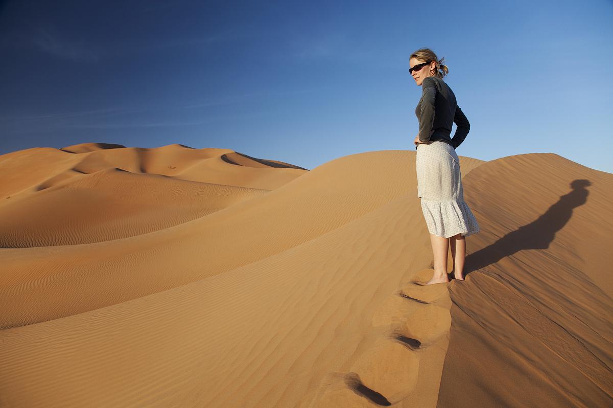 沙巖,中東文化,波斯灣,女人,沙漠,戶外,阿曼,旅行者,僅女人,僅一個圖片