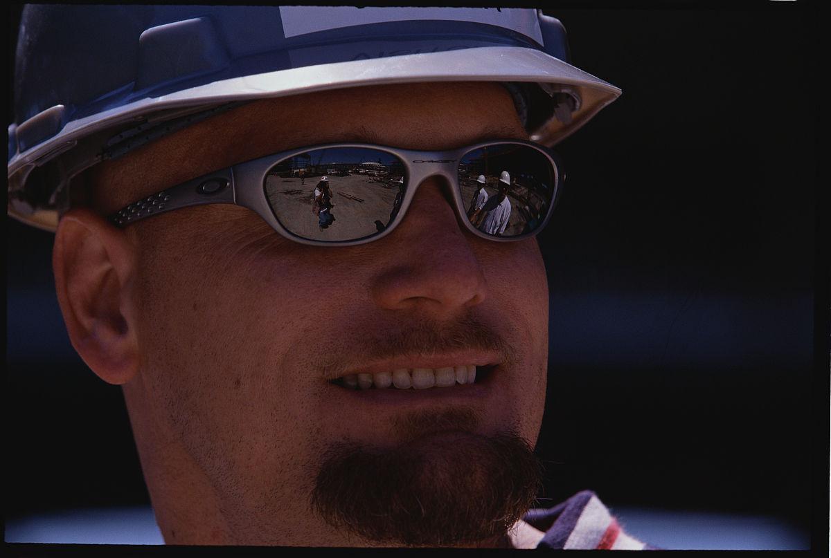 周杰倫布納戴著墨鏡和帽子圖片
