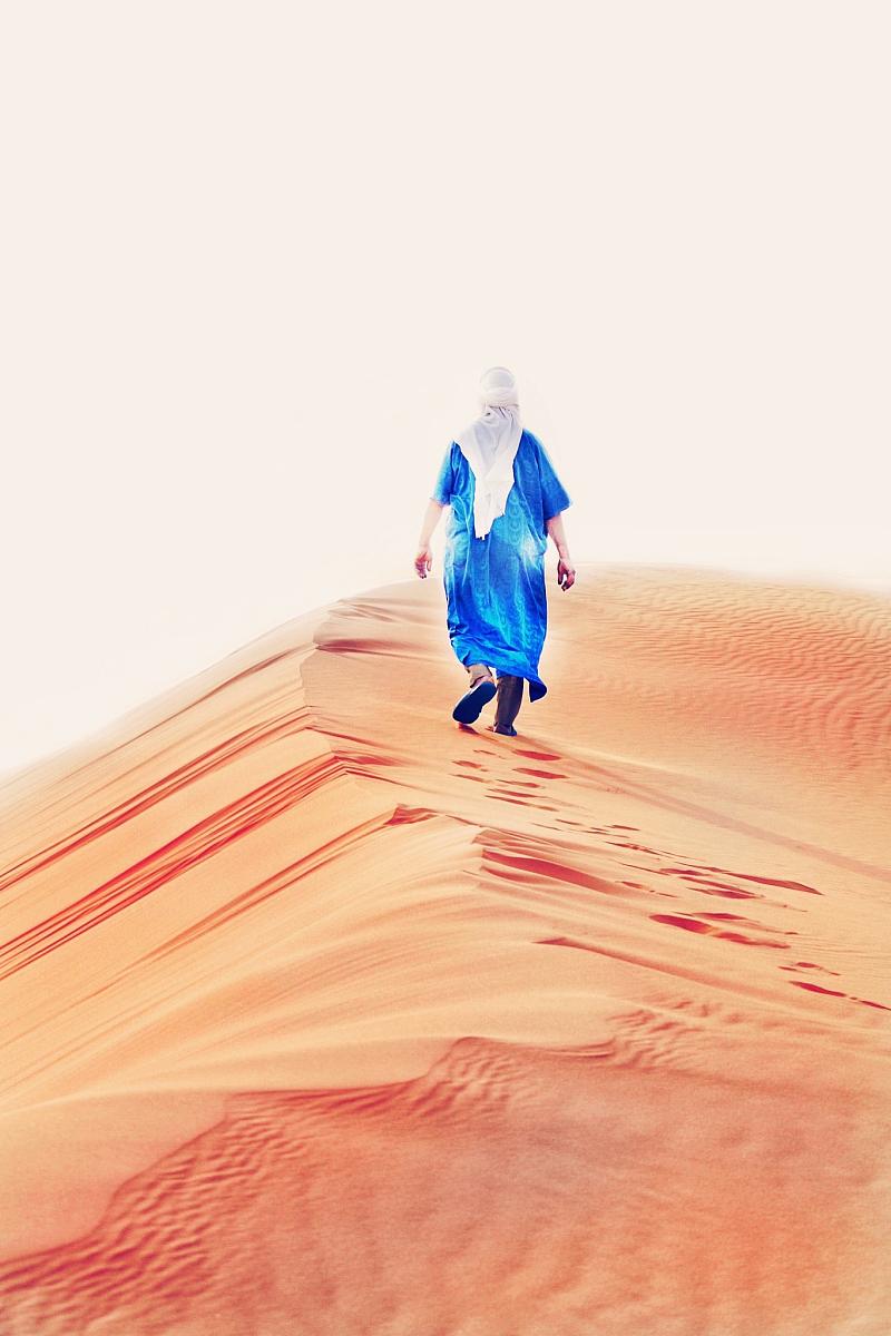 真實的人,一個人,僅男人,背面視角,僅一個男人,沙漠,休閑活動,全身像圖片