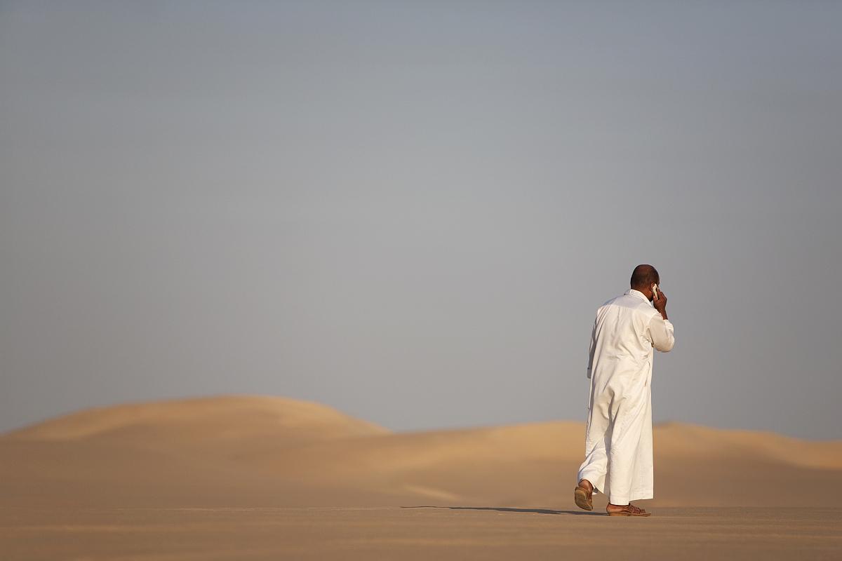 埃及,步行,貧瘠的,沙漠,沙子,白晝,干旱地帶,沙丘,傳統服裝,一個人圖片