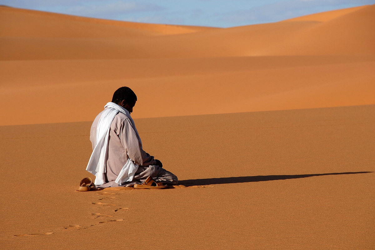 北非,側面視角,利比亞,祈禱,沙漠,沙子,干旱地帶,沙丘,宗教,一個人圖片