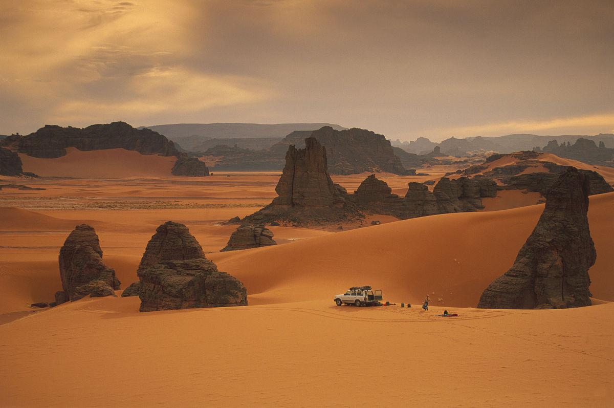 人,一個人,旅行者,云,偏遠的,非都市風光,地形,沙子,巖石,白晝,沙漠圖片