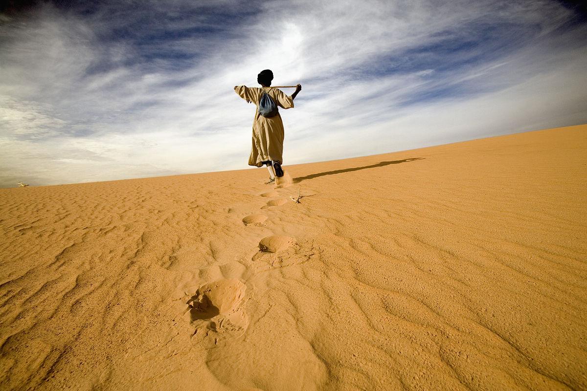 人,戶外,背面視角,毛里塔尼亞,步行,沙漠,沙子,一個人,成年人,彩色圖圖片