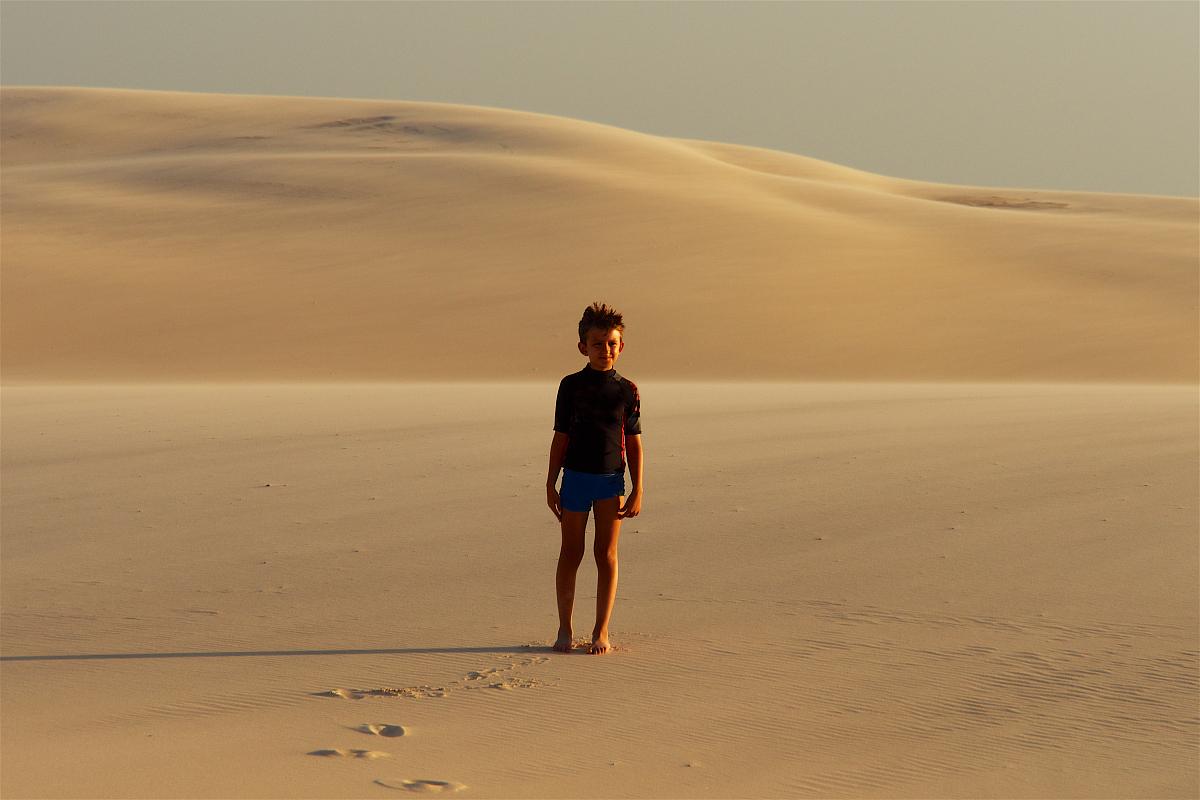 彩色圖片,認真的,旅游,步行,真實的人,和藹之人,商務旅行,環境,一個人圖片