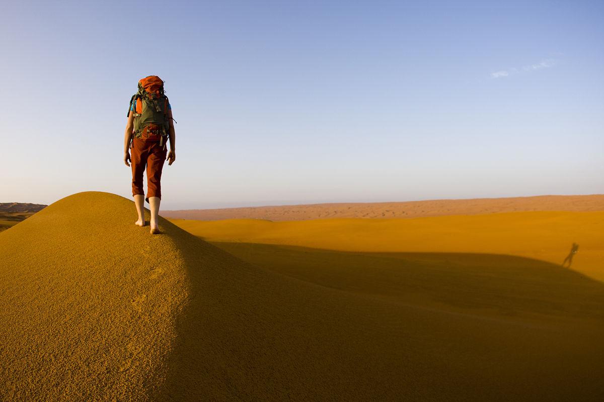 徒步旅行,休閑追求,旅行者,步行,阿曼,地形,沙子,白晝,沙丘,一個人圖片