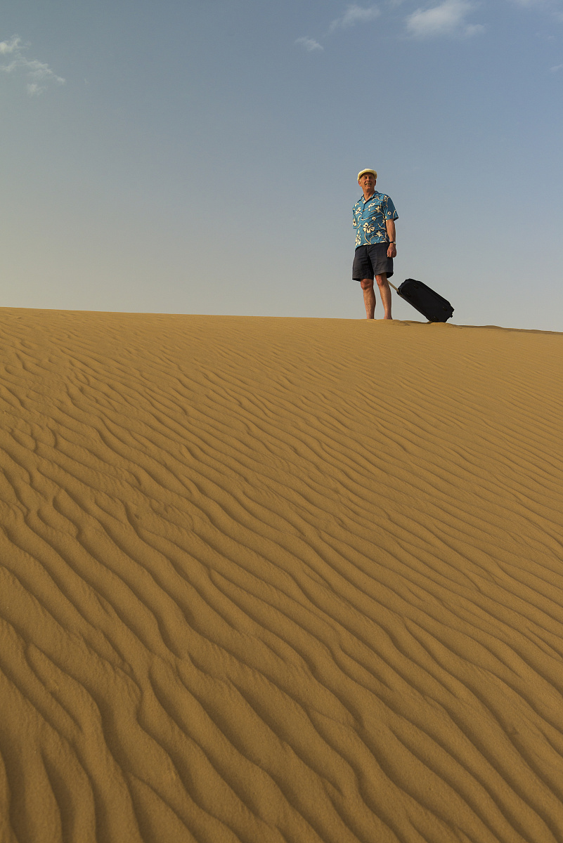 僅男人,站,僅一個男人,波斯灣,拿著,中老年人,沙漠,全身像,戶外,旅行圖片
