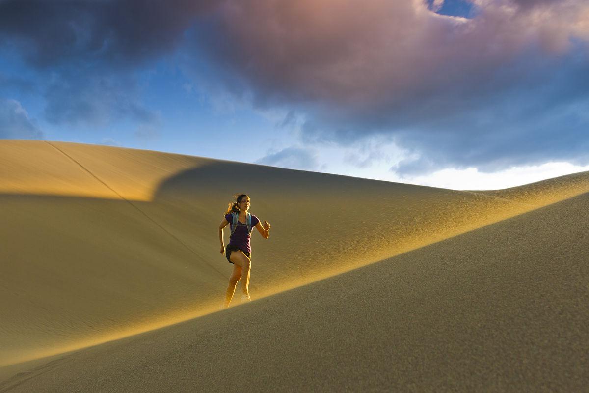風,天空,夏天,沙漠,山,沙子,白晝,沙丘,獨處,科羅拉多州,日光,一個人圖片