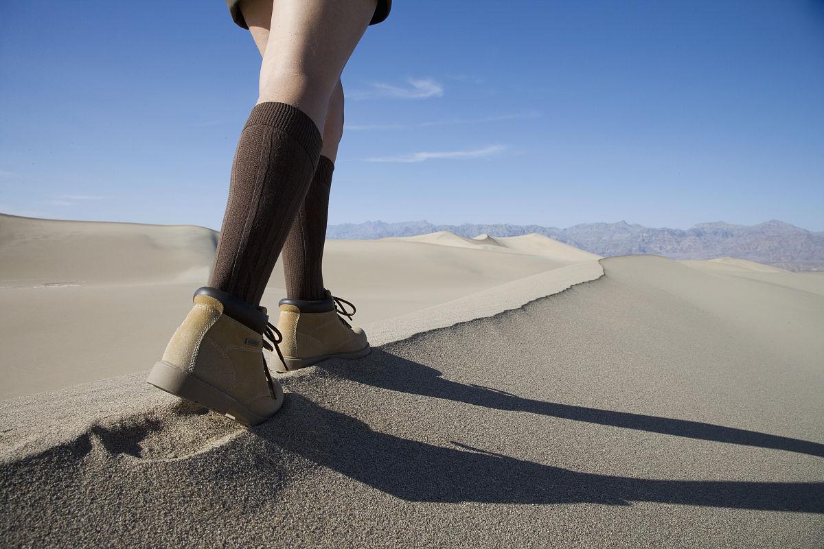 腿,足,徒步旅行,白人,步行,沙漠,山脊,沙子,白晝,沙丘,一個人,前進的圖片