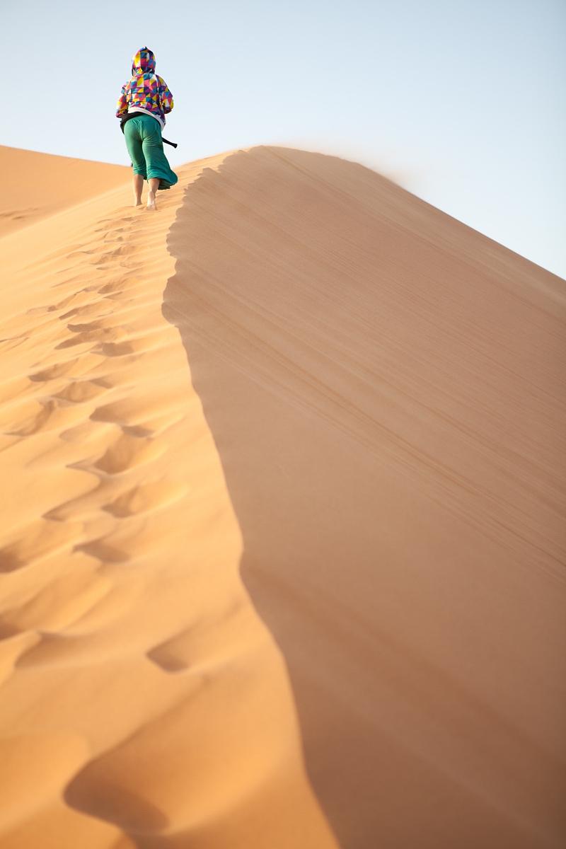 真實的人,和藹之人,一個人,背面視角,逃避現實,女人,自然美,沙漠圖片