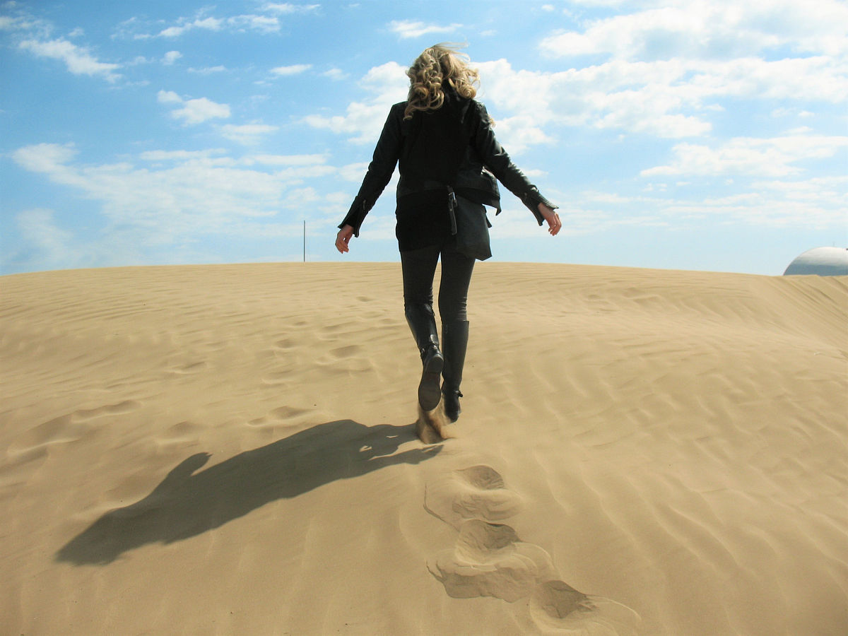 和藹之人,無憂無慮,一個人,背面視角,逃避現實,自然美,陰影,沙漠圖片