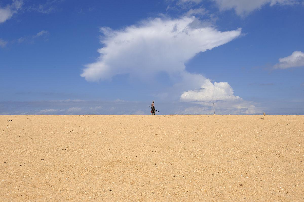 戶外,塞內加爾,步行,天空,云,沙漠,沙子,白晝,海灘,獨處,一個人,成年圖片