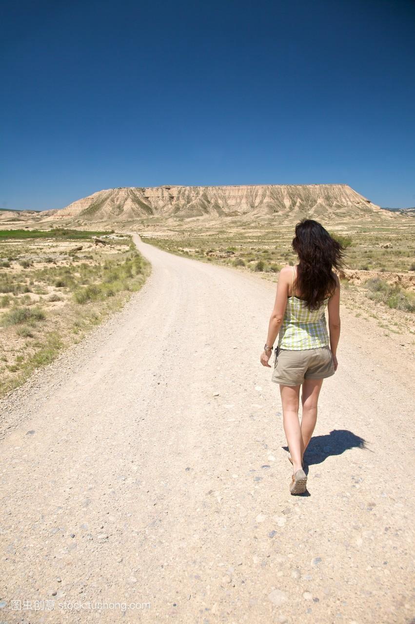服飾,植物,一個人,水平線,歐洲,人物,人,步行,看,休閑,鄉村,登陸圖片
