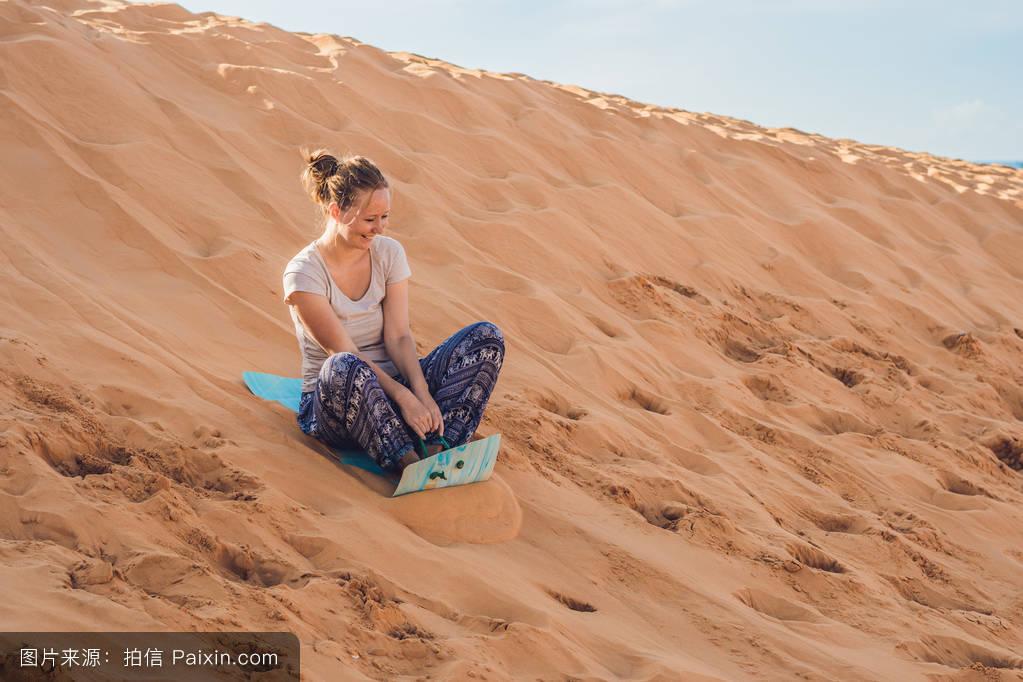 一個人,女性的,寄宿生,沙丘,隨便的,熱,女士,襯衫,旅行,沙漠,內地圖片